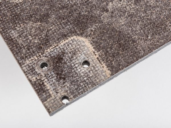 Aufnahmelöcher eines VLC Gerüstbodens nach 4 Jahren Außeneinsatz. // Receiving holes of a VLC framework floor after 4 years outdoor use.